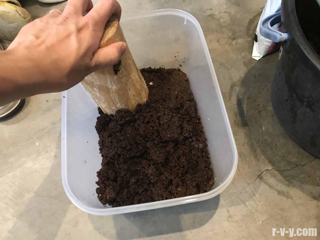 フードコンテナーに土を圧敷していく
