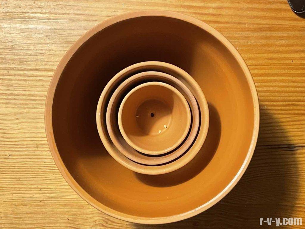 重ねた素焼き鉢